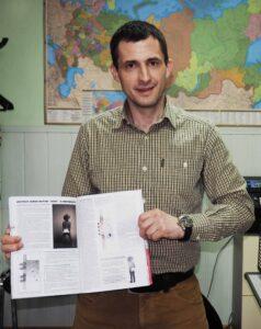 специалист коммерческого отдела Юрий Бельтюков с экземпляром журнала ДВЕРНОЕ ДЕЛО